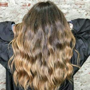 Balayage sobre melena pelo castaño con ondas ligeras