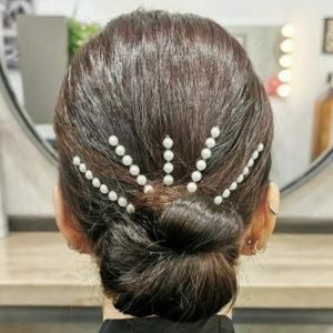 Recogido bajo de fiesta adornado con horquillas de perlas en pelo muy brillante y vistoso creado en Lucia_estilismo.