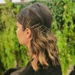 Peinado de fiesta con horquillas doradas media melena muy llamativo y fresco de Lucia Estilismo