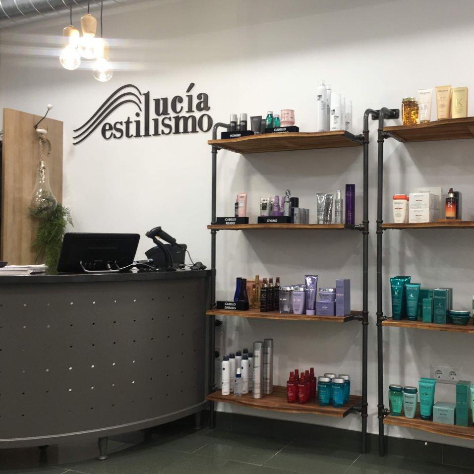 Instalaciones de Lucia Estilismo en Pola De Laviana, zona recepción de clientes con nuestra linea de venta de productos Kerastase