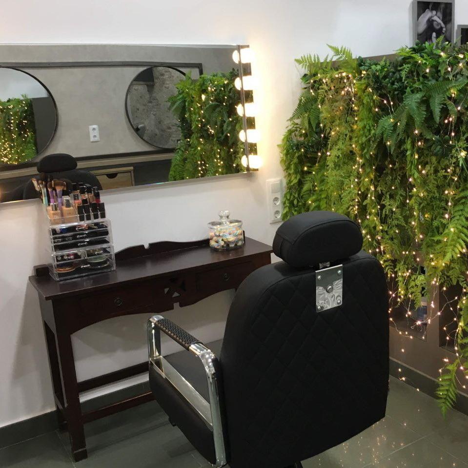 Instalaciones de Lucia Estilismo en Pola De Laviana, zona de caballeros con sillón de barbero para comodidad de nuestros clientes masculinos