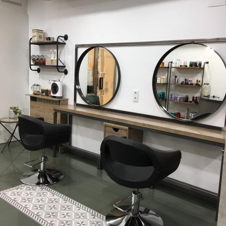 Instalaciones de Lucia Estilismo en Pola De Laviana, nuevo diseño de esta zona de trabajo con espaciosos tocadores para comodidad de cliente y trabajador